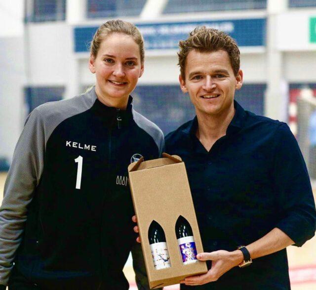 Vi overraskede vores tiende medlem af Klub100 i lørdags!  @bundsen spillede sin kamp nummer 100 med tigeren på brystet, da hun og resten af truppen besejrede @nfh_liga i årets første kamp.  Læs hele artiklen på vores hjemmeside og stik hende også lige et stort like 👍  Johanna Bundsen præsenteres af @vinemil.dk  #kbhbolddk #bundsen1 #kvindeligaen #bambusadk #mærkdet #mærkstyrken