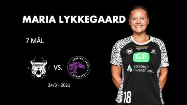 Vi fortsætter påskens tilbageblik med at gense Maria Lykkegaards præstation mod Herning-Ikast Håndbold på hjemmebane! 🐣🔥 Her leverede den altid fightende Lykkegaard en toppræstation, og scorede hele 7 gange! 💪🏼 Hvilken spillerpræstation tror du vi skal kigge tilbage på, på søndag? 🐅@marialykkegaard præsenteres af DMT #kbhbolddk #lykkegaard18