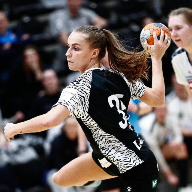 @emilie_theil siger pænt farvel til Frederiksberg Hallen efter en meget speciel sæson. Theil fortsætter din karriere lige rundt om hjørnet hos @ajax_ligakvinder 💪🏻Held og lykke med det der venter dig, Theil. Vi glæder os til at se dig, når du kommer på besøg i den kommende sæson 🤍Læs hele artiklen på vores hjemmeside!#kbhbolddk