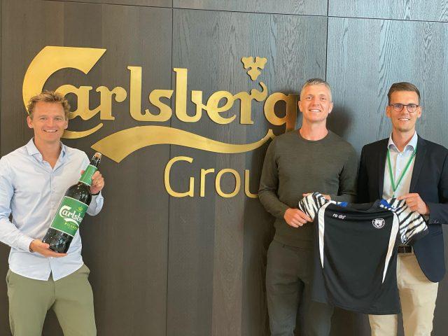 """Det er med stor stolthed, at vi i dag kan præsentere @carlsberg som ny stor Partner.Med det nye partnerskab følger et nyt navn til vores VIP-lounge i Frederiksberg Hallen, der fremover kaldes """"Carlsberg Loungen"""". Udover at være ny leverandør af både øl og vand til vores VIP-gæster og fans, kommer Carlsberg også til at være ny aktiveringspartner og vil blandt andet være repræsenteret som kamppartner til kampe i den kommende sæson samt en masse spændende tiltag for erhvervsnetværket.Læs mere om den gode nyhed her: https://lnkd.in/dmbSNcPxVi håber I vil tage godt imod Carlsberg til vores første hjemmekamp på lørdag den 4. september.Køb din billet hos @ticketmasterdk eller i direkte link i vores bio.#kbhbolddk"""