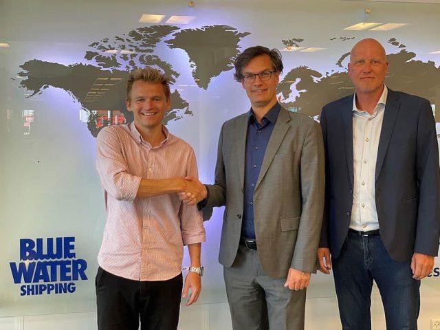 Blue Water Shipping bliver ny stor partner i København Håndbold.Det er med stor tilfredshed og endnu større glæde, at vi i dag kan tilføje endnu et velkendt brand til vores partnerkreds. Blue Water Shipping bliver en fast del af vores erhvervsnetværk, og vil samtidig fremstå som en synlig eksponeringspartner på vores hjemmebane i Frederiksberg Hallen.Casper Porsgaard var forbi Lars Engelhardt og Henrik Mørch for at besøge deres afdeling i Greve og her fik parterne de sidste detaljer på plads.Læs meget mere om det nye samarbejde på vores hjemmeside🤍Byd hjertelig velkommen til Blue Water Shipping i #Hovedstadensstærkste.