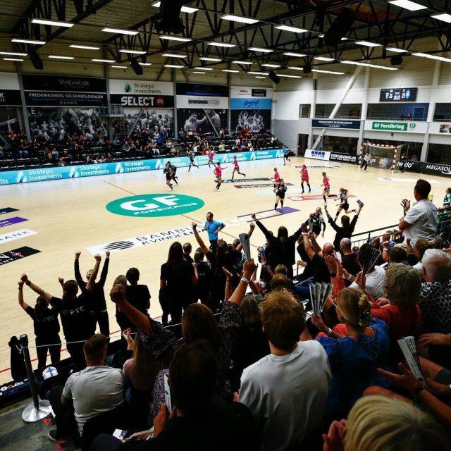 Så er det imorgen vi tager hul på sæsonens anden hjemmekamp mod Skanderborg Håndbold. Pigerne har trænet benhårdt de sidste par dage efter sidste uges nederlag til Team Esbjerg, så vi kan komme på sejrskurs igen og få tilføjet 2 point på kontoen✌️Vi har har brug for alt den opbakning vi kan få - så kom i hallen og støt pigerne🔥 Billetter til kampen kan findes i bio.Vi ses imorgen i Tiger Hulen - kom så København Håndbold!🐯#kbhbolddk #bambusadk #mærkdet