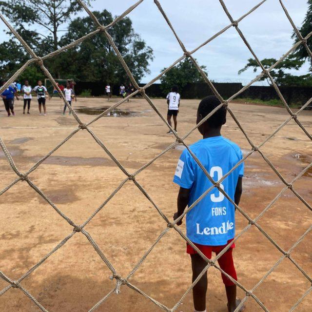 Din støtte gør faktisk nytte!Vi er ret stolte over, at vores brugte spillertrøjer fra sidste sæson får nyt liv i Sierra Leone. For os handler bæredygtighed og recycling om langt mere end det forvandle gammelt og brugt til nyt.På lørdag kan du gøre det samme som os!Tag dine gamle brugte sportssko med til kamp og gør vores fantastiske samarbejdspartner @footballforanewtomorrow lykkelige 🤍🖤#kbhbolddk #mærkstøtten #sammenervistærkest