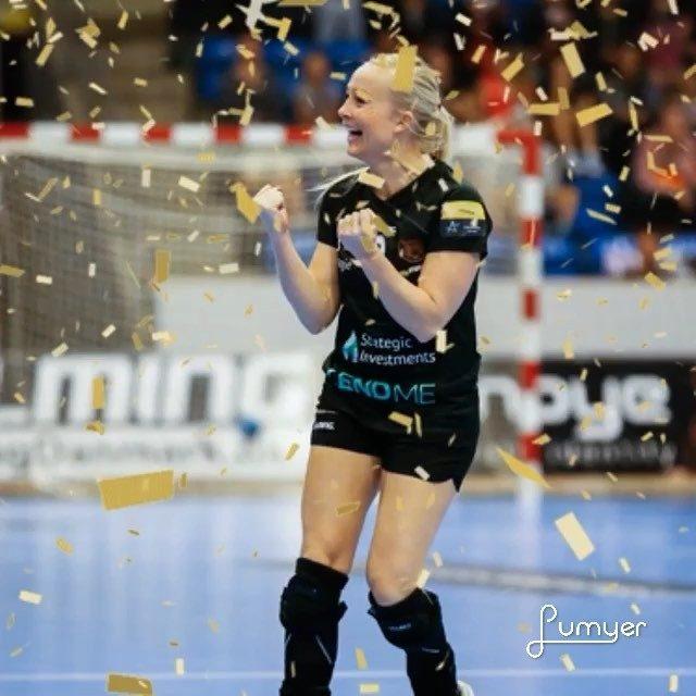 Ikke nok med, at hun i lørdags rundede 150 kampe for klubben, men vores allesammens @louisefoens kan i dag også fejre sin 25+ års fødselsdag. Stort tillykke til Føns - stik hende et like og ønsk tillykke! #Føns3 #klubikon #fødselar #kulturbærer #kbhbolddk #hiphip
