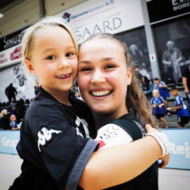 Godt nyt fra spillertruppen. @nyalaa.k har forlænget sin kontrakt med København Håndbold, så den nu løber til 2023. Hun præsenteres af IGP Scandinavia! Stik Nyala et like for forlængelsen og læs om den første tid på KBHBold.dk #Krullaars7 #kbhbolddk #younggun