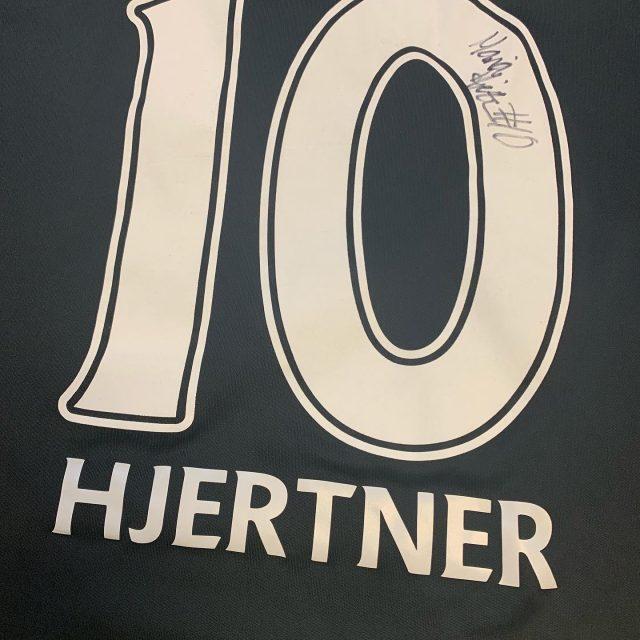 På KBHBold.dk/auktion kan du lige nu byde på kampbårede, signerede spilletrøjer fra @blohmlinn og @mariahjertner. #kbhbolddk #auktion #Blohm5 #Hjertner10 #spillertrøjer #lidtharpiksfedtede